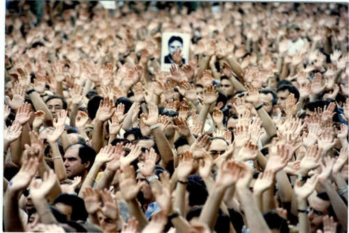 manos abiertas pintadas de blanco clamaban por la Paz